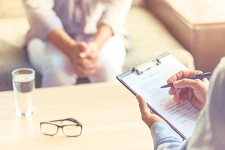 Detailansicht Beratungsgespräch: Arzt macht sich Notizen