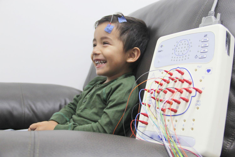 Kind bei neurologischen Untersuchungen