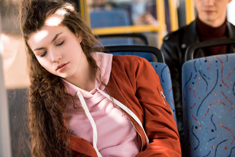 Schlafende im Bus; Thema: Narkolepsie